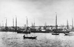 1983-3341 Gezicht op de Nieuwe Maas met op de voorgrond de ankerplaats voor binnenvaartschepen bij het Antwerpse hoofd ...