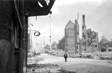 1998-994 Gezicht in de door het Duitse bombardement van 14 mei 1940 getroffen Sint-Janstraat met restanten van panden, ...