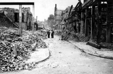 2001-2261 Gezicht in de door het Duitse bombardement van 14 mei 1940 getroffen Pannekoekstraat. Uit het noorden, rechts ...
