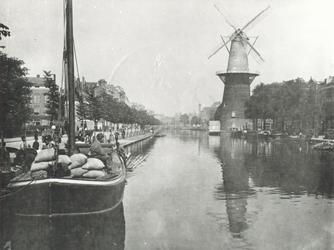 IV-21-39 De Coolvest en de Coolsingel met korenmolen De Hoop, rechts het Erasmiaans Gymnasium.