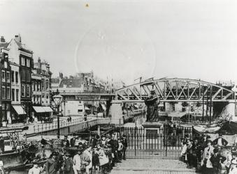 IV-34-9 Standbeeld van Erasmus op de Grotemarkt.Op de achtergrond de Steigersgracht en de spoorbrug.