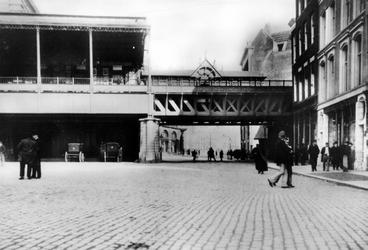 IX-191-01 Station Beurs aan het Beursplein.Op de achtergrond de Geldersekade met links Plan C.