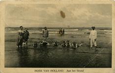 PBK-10243 Mensen aan het strand in Hoek van Holland.