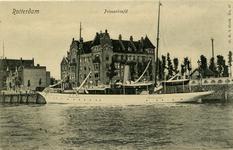 PBK-10306 Prinsenhoofd met op de voorgrond een schip op de Nieuwe Maas.