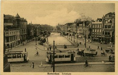 PBK-10309 De Rotterdamse Schie met rechts de oostzijde van de Schiekade en links de westzijde met het gebouw van het ...