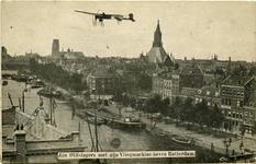 PBK-10331 De Antwerpse luchtvaartpionier Jan Olieslagers vliegt met zijn machine over de Leuvehaven, Rotterdam. Rechts ...