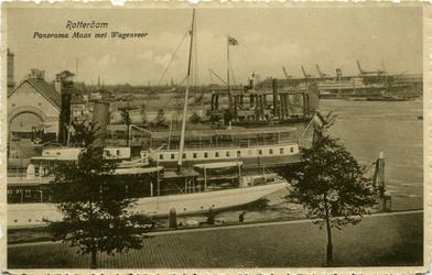 PBK-10338 Schepen aan de Veerhaven. Op de Nieuwe Maas een wagenveer die naar Katendrecht vaart.