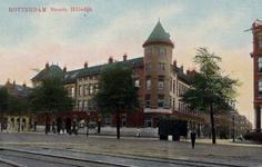 PBK-1036 Het gebouw van P. Thomsen & Co. stuwadoorsbedrijf aan de Brede Hilledijk. In het midden de Joubertstraat, uit ...