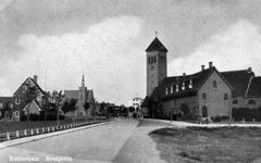 PBK-1049 Gezicht op de Beukendaal links op de achtergrond gereformeerde Breepleinkerk, rechts de rooms-katholieke ...
