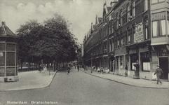PBK-1059 Brielselaan, gezien uit het westen. Rechts op de hoek bevindt zich café de Klok.