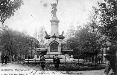 PBK-1073 De fontein aan het Burgemeester Hoffmanplein, uit het noordoosten gezien.