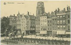 PBK-10839 Grotemarkt bij de Wijde Marktsteeg. Op de achtergrond de toren van de Sint-Laurenskerk. Links het standbeeld ...