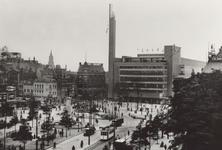 PBK-1260 Gezicht op de Coolsingel. Op de achtergrond het warenhuis De Bijenkorf aan de Schiedamsesingel, uit het ...