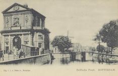 PBK-1344 De Delftse Poort aan het Delftsepoortplein, uit het zuiden gezien, vanaf de Delftsevaart, op de achtergrond ...