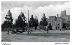 PBK-135 Gezicht op het Afrinkaanderplein met het gebouw van de H.B.S., op de achtergrond de toren van de Sint-Franciscuskerk.