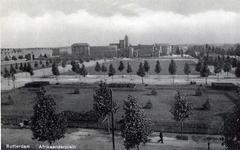 PBK-136 Gezicht op het Afrinkaanderplein met op de achtergrond het H.B.S. schoolgebouw.