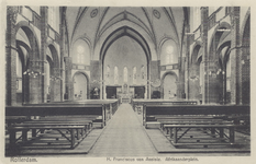PBK-137 Het interieur van de rooms-katholieke Sint-Franciscuskerk aan de Paul Krugerstraat. Naar het altaar toe gezien.