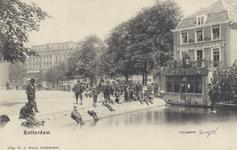 PBK-1463 Vissen in de Schiedamsesingel aan de achterzijde van café Fritschij aan het Van Hogendorpsplein. Links op de ...