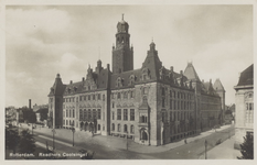 PBK-1557 Het stadhuis aan de Coolsingel uit het zuidwesten gezien. Rechts gedeeltelijk zichtbaar het postkantoor.