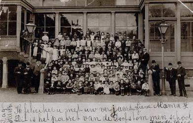 PBK-166 Leerlingen en onderwijskrachten van de Doofstommenschool aan de Ammanstraat.