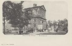 PBK-1750 De Delftse Poort aan het Delftsepoortplein, gezien uit het zuidwesten. Op de achtergrond rechts het Hofplein ...