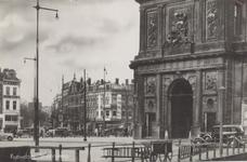 PBK-1801 Delftsepoortplein met een gedeelte van de Delftse Poort. Op de achtergrond rechts het Slagveld, in het midden ...
