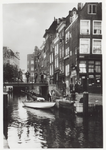 PBK-1844 Gezicht op de Delftsevaart, rechts van de hoge Krattenbrug het begin van de Krattensteeg, die naar de ...