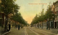 PBK-1983-1051 Gezicht in de Benthuizerstraat in de richting van de Gerard Scholtenstraat. De eerste zijstraat, zowel ...