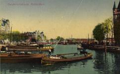 PBK-1983-1057 Oudehaven, uit het noorden vanaf de Oudehavenkade. Op de achtergrond de Koningsbrug. Rechts een gedeelte ...