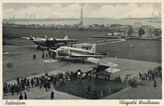PBK-1983-1123 Gezicht op vliegveld Waalhaven tijdens een vliegdemonstratie.