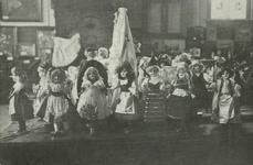 PBK-1983-1223 De poppententoonstelling van de Sint Joseph's Gezellenvereniging van februari tot maart 1908.