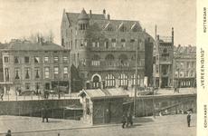 PBK-1983-131 Sociëteit de Vereeniging met grand-hotel café-restaurant aan de Schiekade. Op de voorgrond de Rotterdamse Schie.
