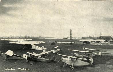 PBK-1983-133 De vliegtuigen van de Nationale Luchtvaartschool op vliegveld Waalhaven.