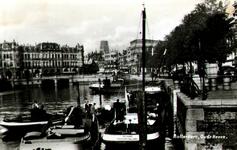 PBK-1983-1344 Binnenvaartschepen aan de Spaansekade. Op de achtergrond Plan C aan de Oudehavenkade.