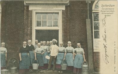 PBK-1983-1349 Weesmeisjes voor de keuken van het Gereformeerd Burgerweeshuis aan de Goudsewagenstraat.