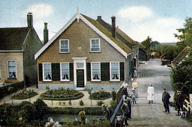 PBK-1983-1387 Boerderij aan de Benedenstraat, bewoond door Fop van den Berg, uit het noorden gezien.