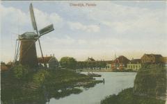 PBK-1983-1388 Nieuwendijk met links molen De Zwaan op de hoek van de Uiterdijk en de Pernisser Molenweg.