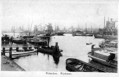 PBK-1983-1412 Overslag van goederen in de Rijnhaven.