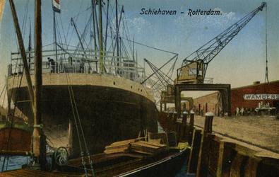 PBK-1983-1428 Schepen liggen aangemeerd in de Schiehaven. Op de kade hijskranen.