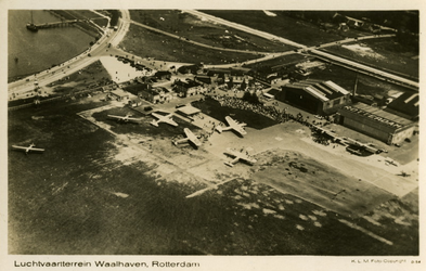 PBK-1983-1444 Luchtopname van vliegveld Waalhaven en omgeving.