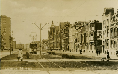 PBK-1983-1454 Schiekade met rechts het Sint Franciscus Gasthuis en links het flatgebouw aan het Ungerplein.