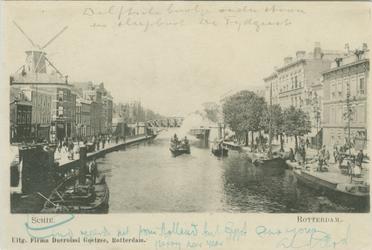 PBK-1983-1477 Vertrekkend Delfts bootje op de Rotterdamse Schie. Op de voorgrond sleepboot De Tijdgeest en op de ...