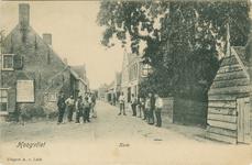PBK-1983-1479 Dorpsstraat bij de haven. Links het bord met de havengeldtarieven. Rechts de pastorie van de Nederlandse ...