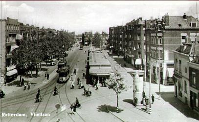 PBK-1983-1500 Vlietlaan, gezien uit het zuiden, in het midden noodwinkels.