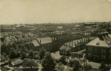 PBK-1983-1543 Gezicht over Kralingen, vanaf een flatgebouw aan de Kralingse Plaslaan. Op de achtergrond de gasfabriek. ...