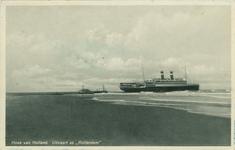 PBK-1983-1567 Passagiersschip Rotterdam van de Holland-Amerika Lijn vertrekt vanuit Hoek van Holland.