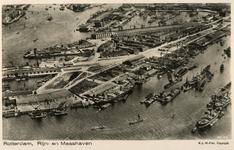 PBK-1983-1687 Luchtopname van de Maashaven met links de 1e en de 2e Katendrechtsehaven, de Nieuwe Maas ...