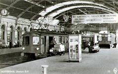 PBK-1983-1698 Het perron van station Delftse Poort. Onder de negentiende-eeuwse overkapping is op het 2e perron een ...