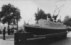 PBK-1983-1747 Model s.s. Nieuw Amsterdam (schaal 1 : 18) aan de Willemskade, dit model werd gebouwd in de Centrale ...