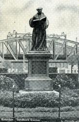 PBK-1983-1849 Standbeeld van Erasmus aan de Grotemarkt.Op de achtergrond de spoorbrug.